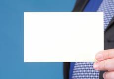 Schließen Sie oben von der Geschäftsanmerkungskarte in der männlichen Hand Lizenzfreies Stockbild