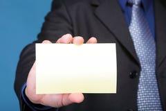 Schließen Sie oben von der Geschäftsanmerkungskarte in der männlichen Hand Stockfotos