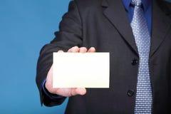 Schließen Sie oben von der Geschäftsanmerkungskarte in der männlichen Hand Stockbilder