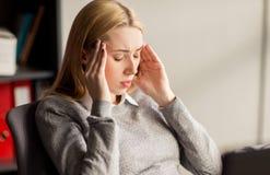 Schließen Sie oben von der Geschäftsfrau mit Kopfschmerzen im Büro stockbild