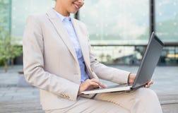 Schließen Sie oben von der Geschäftsfrau mit Laptop in der Stadt Stockfotografie
