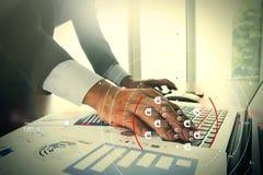 Schließen Sie oben von der Geschäftsmannhand, die an Laptop-COM des leeren Bildschirms arbeitet Stockfoto