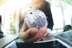 schließen Sie oben von der Geschäftsmannhand, welche Beschaffenheit die Welt mit digi zeigt Stockfoto