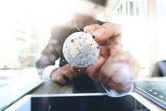 schließen Sie oben von der Geschäftsmannhand, welche Beschaffenheit die Welt mit digi zeigt Stockbild