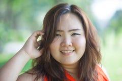 Schließen Sie oben von der glücklichen fetthaltigen Frau Stockfoto