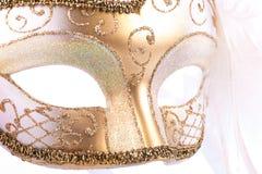 Schließen Sie oben von der Goldkarnevalsmaske Lizenzfreie Stockfotos