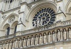 Schließen Sie oben von der Grafik und von den Carvings im Notre Dame Cathedral, Paris, Frankreich Lizenzfreies Stockfoto