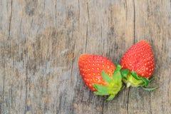 Schließen Sie oben von der großen Erdbeere auf Holz Stockfotos
