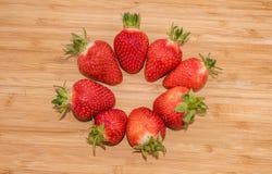Schließen Sie oben von der großen Erdbeere auf Holz Lizenzfreie Stockfotografie