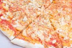 Schließen Sie oben von der großen geschmackvollen Pizza im Kartonkasten Lizenzfreies Stockfoto