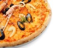 Schließen Sie oben von der großen italienischen Pizza mit Meeresfrüchten und Kaisergranat Stockbilder