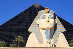 Schließen Sie oben von der großen Sphinxe von Giseh- und Pyramidenturm, Luxor-Hotel Stockbild