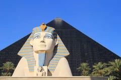Schließen Sie oben von der großen Sphinxe von Giseh- und Pyramidenturm, Luxor-Hotel Stockfotos