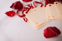 Schließen Sie oben von der Grußkarte mit den rosafarbenen Blumenblättern Stockfotos