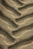 Schließen Sie oben von der Gummireifenspur im Strandsand. lizenzfreie stockfotos