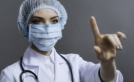Schließen Sie oben von der hübschen Frau, die medizinische Gesichtsmaske trägt Lizenzfreie Stockfotos