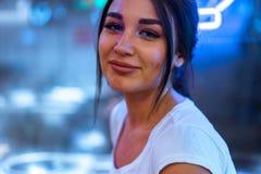 Schließen Sie oben von der hübschen Frau im Café der asiatischen Küche Kamera und das Lächeln betrachtend lizenzfreie stockfotografie