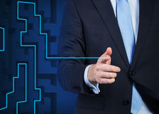 Schließen Sie oben von der Hand des Geschäftsmannes, die die Linie als Labyrinthlösung unterstreicht Lizenzfreie Stockbilder