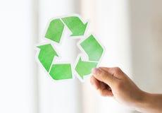 Schließen Sie oben von der Hand, die grünes Recycling-Symbol hält Stockfotografie