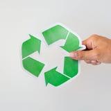 Schließen Sie oben von der Hand, die grünes Recycling-Symbol hält Lizenzfreies Stockfoto