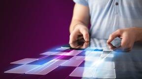 Schließen Sie oben von der Hand, die Tablette mit Cyberanwendung hält Lizenzfreie Stockbilder