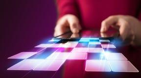 Schließen Sie oben von der Hand, die Tablette mit Cyberanwendung hält Stockfotografie