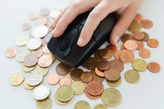Schließen Sie oben von der Hand mit Computermaus auf Geld Lizenzfreies Stockbild