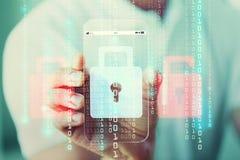 Schließen Sie oben von der Hand mit Sicherheitsschloss auf Smartphone Stockbild