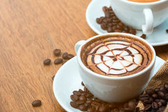 Schließen Sie oben von der heißen Kaffee Lattekunst mit Muster auf die Oberseite, warmen Gefühlskaffee Lizenzfreie Stockfotos