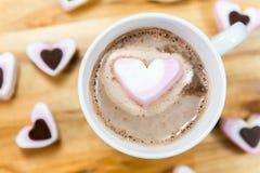 Schließen Sie oben von der heißen Schokolade und von Herz geformten Bonbons Lizenzfreies Stockbild