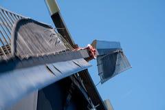 Schlie?en Sie oben von der historischen Windm?hle durch den Kanal, bei Kinderdijk, die Niederlande, Holland lizenzfreies stockbild