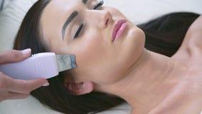 Schließen Sie oben von der intelligenten Frau auf Verfahren im Schönheitswohnzimmer stock video