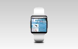 Schließen Sie oben von der intelligenten Uhr mit Wirtschaftsnachrichten Lizenzfreie Stockfotografie