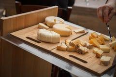 Schließen Sie oben von der italienischen Käseservierplatte lizenzfreies stockfoto