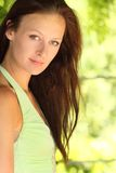 Schließen Sie oben von der jungen Frau im Sommerhintergrund Stockbild
