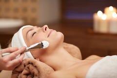 Schließen Sie oben von der jungen Frau und vom Cosmetologist im Badekurort Lizenzfreie Stockfotos