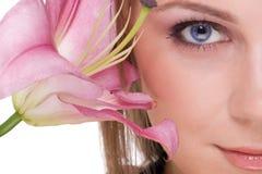 Schließen Sie oben von der jungen schönen Frau mit Blume Lizenzfreies Stockbild