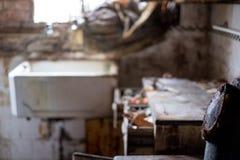 Schließen Sie oben von der Küche, die in entsetzender Bedingung im aufgegebenen Haus verlassen wird Egge Großbritannien lizenzfreie stockbilder