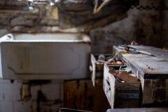 Schließen Sie oben von der Küche, die in entsetzender Bedingung im aufgegebenen Haus verlassen wird Egge Großbritannien lizenzfreies stockfoto