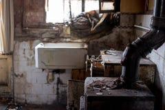 Schließen Sie oben von der Küche, die in entsetzender Bedingung im aufgegebenen Haus verlassen wird Egge Großbritannien stockfotos