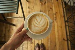 Schließen Sie oben von der Kaffeetasse und den Händen stockbild