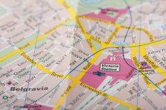 Schließen Sie oben von der Karte von London, Victoria-Station Lizenzfreies Stockfoto