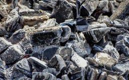 Schließen Sie oben von der Kohle im Grillgrill lizenzfreies stockfoto