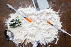 Schließen Sie oben von der Kokaindroge, -geld, -löffel und -spritze Stockfotos