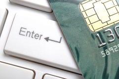 Schließen Sie oben von der Kreditkarte auf einer Computertastatur. Stockbilder