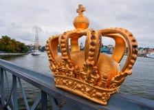 Schließen Sie oben von der Kronenskulptur auf Brücke. Lizenzfreie Stockbilder