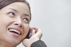 Schließen Sie oben von der lächelnden Geschäftsfrau, die am Telefon in Peking spricht stockbilder