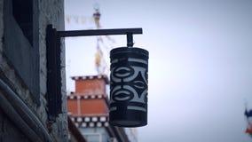 Schließen Sie oben von der Lampe auf dem Gebäude Stockfoto