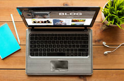 Schließen Sie oben von der Laptop-Computer mit Blog auf Schirm Lizenzfreie Stockbilder
