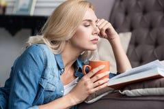 Schließen Sie oben von der Lesefrau mit Schale Lizenzfreie Stockfotos